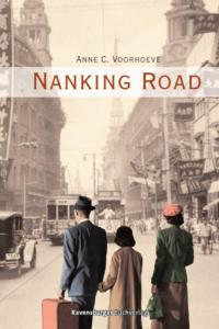 Titelseite des Buchs Nanking Road. Im Hintergrund angedeutet eine Stadt. Im Vordergrund eine Familie.