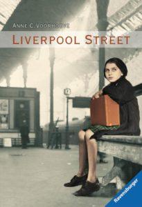 Titelseite des Buchs Liverpool Street. Ein Mädchen sitzt mit einem Koffer auf einer Bank.